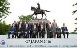Representantes de los países del G7 posan para una fotografía, antes del inicio de la reunión en el Castillo Aoba, en Sendai, Japón. 19 de mayo de 2016. Las divergencias sobre política fiscal y tipo de cambio probablemente llevarán a que las economías del G-7 acuerden una respuesta de enfoques individuales para enfrentar los riesgos que obstaculizan el crecimiento de la economía global en una reunión que comienza el viernes en Japón. Mandatory credit Kyodo/via REUTERS