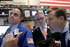 Las acciones subían el viernes en la apertura de la bolsa de Nueva York mientras los inversores asimilaban la posibilidad de que la Fed suba sus tasas en junio, un día después de que el índice S&P 500 cayó a su nivel más bajo en dos meses. En la imagen, operadores trabajan en la Bolsa de Nueva York, EEUU, el 28 de abril de 2016.  REUTERS/Brendan McDermid
