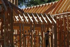 Un hombre trabajando en el sitio de una construcción de casas en Manhasset, Nueva York, Estados Unidos. 16 de septiembre de 2015. Las ventas de casas usadas en Estados Unidos subieron más de lo esperado en abril, lo que sugiere que la economía sigue cobrando impulso durante el segundo trimestre. REUTERS/Shannon Stapleton