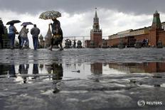 Люди на Красной площади в Москве 30 июня 2008 года. Выходные в Москве будут прохладными и дождливыми, свидетельствует усреднённый прогноз, составленный на основании данных Гидрометцентра России, сайтов intellicast.com и gismeteo.ru. REUTERS/Denis Sinyakov