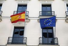 La zona euro necesita más zanahoria y menos palo. El incumplimiento de los objetivos presupuestarios de España y Portugal debería haber supuesto la aplicación de multas, pero la Comisión Europea ha optado por retrasar la decisión hasta después de las elecciones en España a finales de junio. Los cálculos políticos explican los motivos, pero también es cierto que la actual estructura no es adecuada a los propósitos que se persiguen. Imagen de la bandera de la Unión Europea y la de España en un edificio en Madrid tomada el 18 de mayo de 2016. REUTERS/Juan Medina