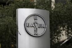Las bolsas europeas bajaban a primera hora del lunes, arrastradas por las caídas de los valores vinculados a las materias primas, así como por el desplome de las acciones de Bayer tras su oferta por la estadounidense Monsanto.  En la imagen, el logo empresarial de Bayer en su sede de Caracas, 1 de marzo de 2016. REUTERS/Marco Bello/File Photo