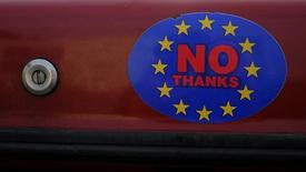 Стикер на автомобиле, призывающий проголосовать за выход Британии из ЕС, в Лландидно, Уэльс 27 февраля 2016 года. Британия может погрузиться в годовую рецессию, если проголосует за выход из Евросоюза, сказал министр финансов страны Джордж Осборн, вновь попытавшийся обратить внимание избирателей на негативные последствия подобного решения для экономики. REUTERS/Phil Noble