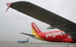 Самолет авиакомпании VietJet  в аэропорту Ханоя 25 сентября 2013 года. Вьетнамская VietJet утвердила заказ на покупку 100 самолётов Boeing 737 MAX 200 стоимостью $11,3 миллиарда согласно объявленной цене, что сделает авиакомпанию одним из крупнейших перевозчиков эконом-класса в Юго-Восточной Азии. REUTERS/Nguyen Huy Kham