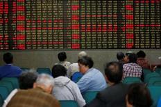 Инвесторы в брокерской конторе в Шанхае. 21 апреля 2016 года. Фондовый рынок Китая завершил торги вторника снижением основных индексов, поскольку акции ресурсных компаний пострадали из-за обвала сырьевых цен на фоне опасений за здоровье экономики страны. REUTERS/Aly Song/File photo