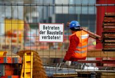 """El mayor gasto de los hogares y las inversiones empujaron el  Producto Interior Bruto (PIB) alemán en el primer trimestre a su tasa más alta en los últimos dos años. En la imagen, un empleado de la empresa alemana de construcción Hochtief cerca de un cartel que dice """"Manténgase fuera de la zona de construcción"""", en unas obras en Essen, Alemania, 8 de marzo de 2016. REUTERS/Wolfgang Rattay"""