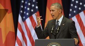 Президент США Барак Обама выступает с речью в Ханое. 24 мая 2016 года. Президент США Барак Обама попрекнул Вьетнам состоянием политических свобод в стране после того как критиков коммунистического правительства не пустили на встречу с ним в Ханое, что диссонировало с необычайно дружеским тоном двух некогда враждующих сторон. REUTERS/Hoang Dinh Nam/Pool