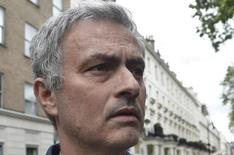 José Mourinho deixa sua casa em Londres. 22/5/2016. REUTERS/Toby Melville