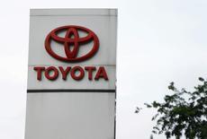 Foto de archivo del logo de Toyota. Feb 24, 2016. Toyota Motor Corp se asociará con la empresa de transporte de pasajeros Uber y creará una nueva opción de leasing, en la que conductores podrán adquirir vehículos a la compañía y cubrir sus  pagos a través de las ganancias que generen trabajando con la aplicación. REUTERS/Beawiharta