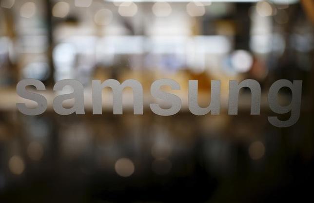 5月25日、韓国のサムスン電子は、スマートフォン事業で競合する中国の華為技術(ファーウェイ)がサムスンの特許侵害を主張して起こした訴訟について、自社の利益を守る方針を示した。写真はソウルで昨年12月撮影(2016年 ロイター/Kim Hong-Ji)