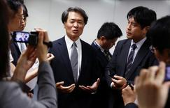 Matsuhiko Yamashita, nombrado nuevo jefe de I+D, habla con reporteros en Tokio, Japón. 25 de mayo de 2016. Mitsubishi anunció el miércoles que un ejecutivo de Nissan Motor pasó a dirigir su área de investigación y desarrollo, como parte de una reestructuración en la gestión a raíz del escándalo de pruebas falsificadas de consumo de combustible que también repercutió en las ganancias de la automotriz japonesa. REUTERS/Thomas Peter
