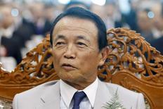 El ministro de Finanzas de Japón, Taro Aso, durante un evento en Yangón, Myanmar, el 23 de septiembre de 2015. El ministro de Finanzas de Japón, Taro Aso, dijo el miércoles que informó a sus homólogos del G7 en una reunión la semana pasada que Tokio seguirá adelante con un aumento del impuesto sobre las ventas fijado para el próximo año. REUTERS/Soe Zeya Tun