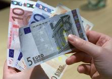 """Il est peu probable que la Banque centrale européenne (BCE) abaisse à nouveau les taux cette année, estiment, à une courte majorité, des économistes interrogés par Reuters, et une large majorité d'entre eux exclut toute possibilité de la voir créer de la """"monnaie hélicoptère"""". /Photo d'archives/REUTERS/Vincent Kessler"""