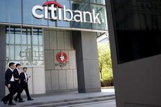Personas caminando cerca de una sucursal de Citibank en Pekín, China. 18 de abril de 2016. Citigroup y sus filiales acordaron pagar una cifra colectiva de 425 millones de dólares para resolver cargos civiles de que el banco intentó manipular varios índices referenciales clave, como el ISDAFIX del dólar, el Libor para el yen y el Euroyen TIBOR, informó la Comisión de Operaciones de Futuros de Materias Primas de Estados Unidos. REUTERS/Kim Kyung-Hoon