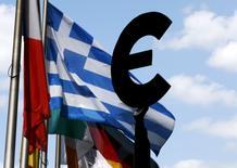 La Grèce a obtenu la promesse la plus ferme à ce jour d'un allègement futur du fardeau de sa dette avec l'accord conclu à Bruxelles par les ministres des Finances de la zone euro, enfin soutenu par le Fonds monétaire international. Cet accord, fruit d'un compromis attendu de longue date entre le FMI, qui souhaitait alléger immédiatement le poids de la dette grecque, et l'Allemagne, qui s'y refusait, éloigne le risque d'une nouvelle crise à l'échelle européenne cette année. /Photo prise le 6 juillet 2015/REUTERS/François Lenoir