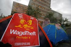 Protesters set up tents on the street as they demonstrate outside the McDonald's headquarters calling for higher wages and improved working conditions in the Chicago suburb of Oak Brook, Illinois, U.S., May 25, 2016. REUTERS/Jim Young