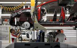 La economía española comenzó el año como había acabado 2015, manteniendo una sólida tasa trimestral de crecimiento del 0,8 por ciento entre enero y marzo, gracias principalmente al tirón de la demanda interna. En la imagen de archivo, un trabajador de la fábrica de SEAT en Martorell.  REUTERS/Gustau Nacarino/File Photo