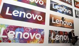 Le chinois Lenovo affiche sa première perte en six ans en raison de coûts exceptionnels et de ventes décevantes pour sa gamme de smartphones. Le premier fabricant mondial d'ordinateurs personnels fait état d'une perte nette de 128 millions de dollars (114 millions d'euros) pour son exercice clos le 31 mars, contre un bénéfice de 829 millions un an plus tôt. /Photo d'archives/REUTERS/Albert Gea
