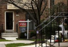 Una vivienda a la venta en Bethesda, EEUU, dic 30, 2015. La disposición al gasto de las empresas en Estados Unidos se debilitó en abril por tercer mes consecutivo en un contexto de una pobre demanda por maquinaria, pero un alza de las compras de viviendas usadas a un máximo de 10 años apoyó la visión de que el crecimiento económico se está acelerando.        REUTERS/Gary Cameron