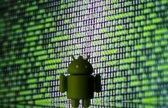 Un logo de Android impreso en 3D frente a una pantalla en que se desplegan códigos binarios. 22 de marzo de 2016. Un jurado de Estados Unidos falló el jueves que la ley permite el uso que Google hizo del software de Oracle Corp para crear su sistema operativo Android para teléfonos inteligentes, dando a la unidad de Alphabet una gran victoria en una prolongada disputa sobre derechos de autor. REUTERS/Dado Ruvic/Ilustración