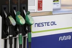 Автозаправочная станция Neste Oil в Латвии. Цены на нефть опустились ниже отметки $49 за баррель в ходе торгов пятницы, отступив от семимесячного пика, достигнутого ранее на этой неделе, при этом аналитики предсказывают диапазонный характер торговли на рынке в ближайшие несколько месяцев, поскольку сбои поставок способствуют постепенному сокращению избытка мирового предложения.  REUTERS/Ints Kalnins/File Photo