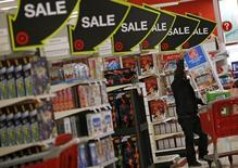 """Un comprador durante la venta del """"Viernes Negro"""" en una tienda Target en Chicago, Illinois, Estados Unidos. 27 de noviembre de 2015. El crecimiento económico de Estados Unidos se desaceleró en el primer trimestre, pero no tanto como se creía inicialmente, ante una subida del gasto en construcción de casas y un incremento de la inversión en inventarios de parte de las empresas. REUTERS/Jim Young"""