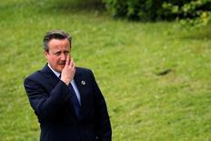 La eventual salida de Reino Unido de la Unión Europea representa un grave riesgo para el crecimiento global, dijeron el viernes los líderes del G-7, una mención que llevó al primer ministro David Cameron a pedir a los británicos que tomaran en cuenta la advertencia del grupo en torno al impacto que supondría la separación. En lai magen, el primer ministro británico David Cameron antes de una foto de familia del G7 en Ise Shima, Japón el 27 de mayo de 2016. REUTERS/Carlos Barria