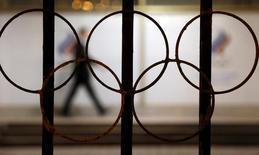 Символ Олимпийских игр в здании ОКР в Москве. 13 ноября 2015 года. Олимпийский комитет России (ОКР) сообщил в субботу, что допинг-пробы восьми российских спортсменов, участвовавших в летней Олимпиаде 2012 года в Лондоне, дали положительный результат в ходе перепроверки. REUTERS/Sergei Karpukhin