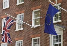 Près de neuf économistes britanniques sur dix estiment qu'une sortie de l'Union européenne aurait un impact négatif sur le Royaume-Uni, selon une étude publiée dimanche par l'Observer. /Photo d'archives/REUTERS/Toby Melville