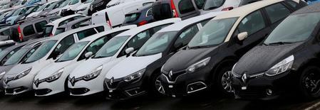 Les valeurs automobiles gagnaient 1,16% en Europe, plus forte hausse sectorielle, vers 13h00, alors que le CAC40  était quasiment inchangé (+0,05% à 4.517,21 points). Renault gagnait 1,25%, le groupe PSA +1,24% et MICHELIN +0,92%. /Photo d'archives/REUTERS/Jacky Naegelen