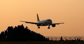 La demande de transport aérien de passagers a augmenté en avril à son rythme le plus lent depuis janvier 2015, après les attentats de Bruxelles, selon des données de l'Association internationale du transport aérien (Iata). Bien que les compagnies aériennes profitent des bas prix du kérosène, la faiblesse de la conjoncture et la baisse des tarifs fragilisent un secteur dont les marges sont déjà faibles. /Photo  prise le 12 mai 2016/REUTERS/David W Cerny