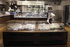 Eataly à Milan. La chaîne de restaurants et d'épiceries haut de gamme italiens Eataly compte s'introduire en Bourse dans les deux ans à venir en plaçant une participation d'environ 30% de son capital sur le marché, a annoncé lundi à Reuters son président exécutif, Andrea Guerra. /Photo prise le 20 mars 2016/REUTERS/Stefano Rellandini