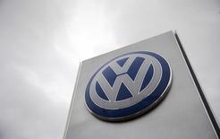 Volkswagen superó las previsiones de beneficio en el primer trimestre por los elementos extraordinarios vinculados a las provisiones derivadas del escándalo de las emisiones diésel, dijo el martes el fabricante de automóviles alemán. En la imagen de archivo, un logo de Volkswagen en un concesionario en Londres. REUTERS/Suzanne Plunkett/File photo