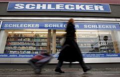 Las ventas minoristas alemanas cayeron un 0,9 por ciento en abril, marcando su segunda caída consecutiva y sembrando dudas sobre las expectativas de que el consumo propulse el crecimiento de la locomotora europea en un momento en el que se debilita el comercio exterior.  En la imagen de archivo, un transeúnte camina frente a una droguería Schlecker en Berlín, Alemania. REUTERS/Fabrizio Bensch/Files