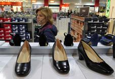 La zona euro mantuvo niveles negativos en mayo, pero las caídas fueron más moderadas que en abril debido principalmente a una ralentización en el descenso de los precios de la energía, según una primera estimación de la agencia de estadísticas de la UE. En la imagen de archivo, una mujer mirando zapatos en una tienda de Roma, el 10 de abril de 2016. REUTERS/Max Rossi