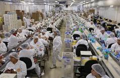 Empleados empacan chocolates en preparación para la festividad de Pascua, en la fábrica Top Cau, en Sao Paulo, Brasil. 26 de febrero de 2015. El índice de precios al productor en Brasil bajó un 0,35 por ciento en abril, desde la reducción de 1,20 por ciento que se registró el mes previo, informó el martes el Instituto Brasileño de Geografía y Estadística (IBGE).  REUTERS/Paulo Whitaker
