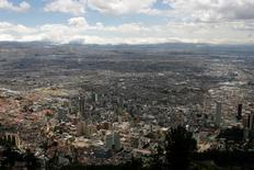Imagen de archivo de la ciudad de Bogotá, ago 18, 2011. El desempleo urbano en Colombia bajó a un 9,1 por ciento interanual en abril, la menor cifra en los últimos 16 años, informó el martes el Gobierno, un dato positivo cuando la economía del país experimenta una desaceleración por la caída de los precios internacionales del petróleo.   REUTERS/Fredy Builes
