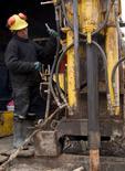 Imagen de archivo de un trabajador en la mina peruana de cobre Toromocho, ene 13, 2006. Los trabajadores de la mina de cobre Toromocho en Perú iniciaron el martes una huelga de cuatro días en protesta por la suspensión de un bono trimestral vinculado a los resultados financieros de la empresa controladora, Chinalco Mining Corp, dijo el martes un asesor del sindicato.  REUTERS/Robin Emmott