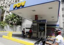Una gasolinera de PDVSA en Caracas, oct 28, 2015. Embarcaciones cargadas con más de dos millones de barriles de crudo ligero estadounidense vendidos por BP están detenidas a la espera de pago cerca del terminal de la petrolera venezolana PDVSA en la isla caribeña de Curazao, según fuentes y datos de seguimiento de tanqueros de Thomson Reuters.   REUTERS/Marco Bello