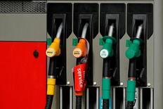 Автозаправочная станция в Париже. Цены на нефть упали в среду, так как ожидается, что производство ведущих экспортеров Ближнего Востока останется высоким или даже увеличится, в то время как опасения о состоянии китайской экономики оказали давление на прогноз спроса на топливо в стране. REUTERS/Benoit Tessier