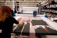 El sector manufacturero español siguió creciendo en mayo, según un sondeo publicado el miércoles, pero la tasa de incremento era la más baja desde octubre, presionada por el descenso de los nuevos pedidos, lo que alentaba las preocupaciones de que el crecimiento podría haber tocado techo. En la imagen de archivo, una empleada prueba tejidos en una fábrica textil en Palau-solita i Plegamans, cerca de Barcelona.   REUTERS/Gustau Nacarino/File Photo