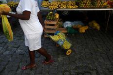 Una mujer compra en una feria en Río de Janeiro, Brasil. 6 de mayo de 2016. El producto interno bruto (PIB) de Brasil se contrajo un 0,3 por ciento en el primer trimestre con respecto a los tres anteriores, dijo el miércoles el estatal Instituto Brasileño de Geografía y Estadística (IBGE). REUTERS/Pilar Olivares