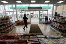 Магазин при АЗС во Владимире. 14 апреля 2016 года. Потребительские цены в России за неделю с 24 по 30 мая выросли на 0,1 процента, как и в предыдущие пять недель, сообщил Росстат. REUTERS/Sergei Karpukhin