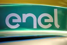 """Логотип Enel на болиде Формулы E. Рим, 17 мая 2016 года. Итальянский энергоконцерн Enel начал процесс продажи крупнейшей угольной станции в России, принадлежащей его """"дочке"""" - энергокомпании Enel Russia, и получил необязывающее предложение о покупке актива, сказал в интервью Рейтер глава концерна Франческо Стараче. REUTERS/Alessandro Bianchi"""