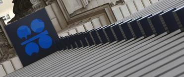El logo de la Organización de Países Exportadores de Petróleo (OPEP) en su sede en Viena, mar 21, 2016. La Organización de Países Exportadores de Petróleo (OPEP) considerará establecer un nuevo techo a la producción de crudo en su reunión del jueves, dijeron cuatro fuentes del grupo.  REUTERS/Leonhard Foeger