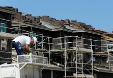 Un trabajador de la construcción trabaja en varias viviendas de lujo situadas en Carlsbad, California, Estados Unidos. La actividad manufacturera de Estados Unidos se expandió en mayo por tercer mes consecutivo, pero el crecimiento de nuevos pedidos siguió desacelerándose, debido a que las fábricas enfrentaron la debilidad de la demanda en el exterior y un débil gasto del sector energético en capital. 23 de mayo de 2016. REUTERS/Mike Blake