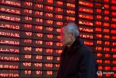 Инвестор в брокерской конторе в Наньцзине 19 января 2016 года. Китайские акции немного выросли в четверг, однако подъем был ограничен опасениями о слабой производственной активности, указывающей на продолжающееся замедление второй по величине экономики мира. REUTERS/China Daily
