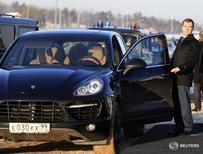 Дмитрий Медведев у автомобиля Porsche Cayenne в Сколково 14 декабря 2010 года. Росстандарт в четверг сообщил, что Порше Руссланд добровольно отзывает 14.494 автомобилей Porsche Cayenne. REUTERS/Sergei Karpukhin