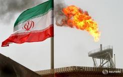 Газовый факел на нефтедобывающей платформе на месторождении Soroush в Персидском заливе 25 июля 2005 года. ОПЕК готовится к очередному противостоянию Саудовской Аравии и Ирана на встрече в четверг. Эр-Рияд выступает за согласованные действия и установку формального потолка добычи, Тегеран - против. REUTERS/Raheb Homavandi/File Photo