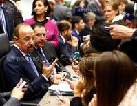 El ministro de Energía de Arabia Saudita, Khalid al-Falih, conversa con periodistas antes del inicio de la reunión de la OPEP en Viena. Junio 2, 2016.   REUTERS/Leonhard Foeger